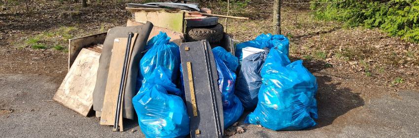Gesammelter Müll am Depot-Eingang Sankt Barbara-Straße