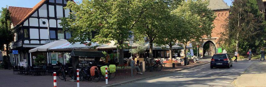 Pommesplätzchen an der Brüggener Fußgängerzone